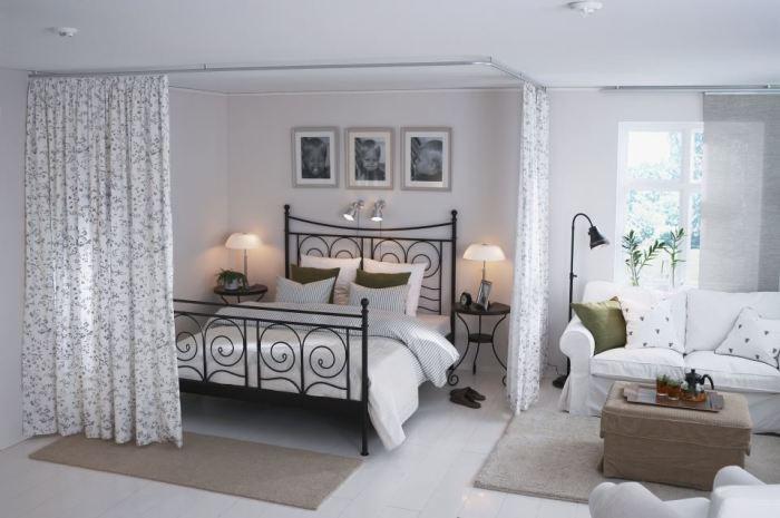 Занавески помогут сделать спальную зону интимной и уютной.