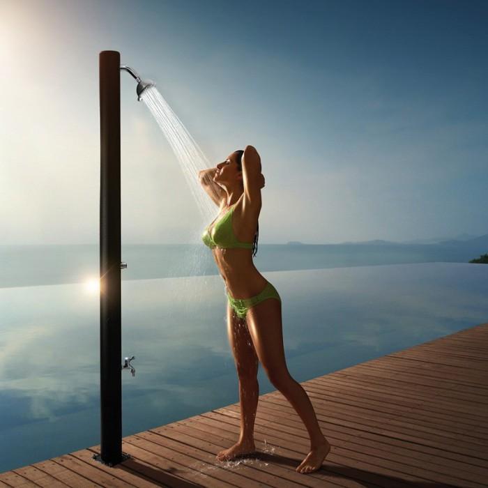 После купания в море обязательно нужно смыть морскую соль с кожи лица  пресной водой.
