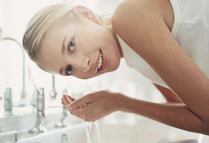 На курорте обязательно проводить процедуры по очищению кожи лица.