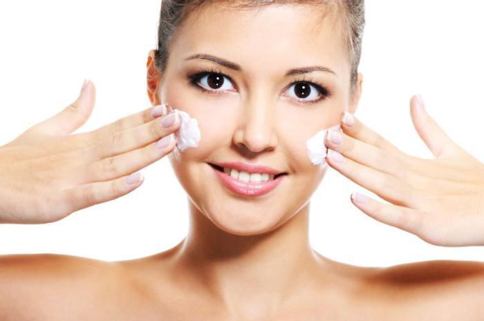 Каждый вечер во время пляжного отдыха нужно наносить на кожу лица увлажняющий крем.