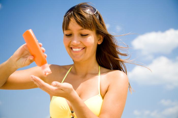 Перед тем, как выйти на пляж, нужно обязательно нанести на кожу лица солнцезащитный крем.