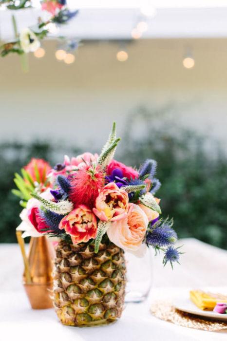 Эффектно оформить стол для вечеринки на природе помогут вазы для цветов, сделанные из ананасов.