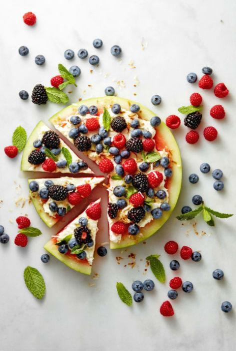 Фруктовая пицца на основе из арбуза станет самым сочным блюдом летней вечеринки на природе.