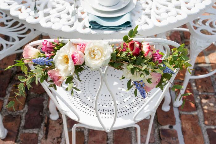 Стулья, декорированные живыми цветами, - отличное украшение для летней вечеринки на природе.