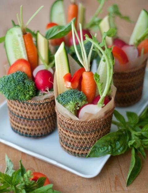 Отдельные овощные корзинки для каждого гостя - это красиво и практично.