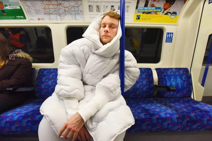 Невероятный костюм-одеяло «Suvet» поможет выспаться даже в общественном транспорте.