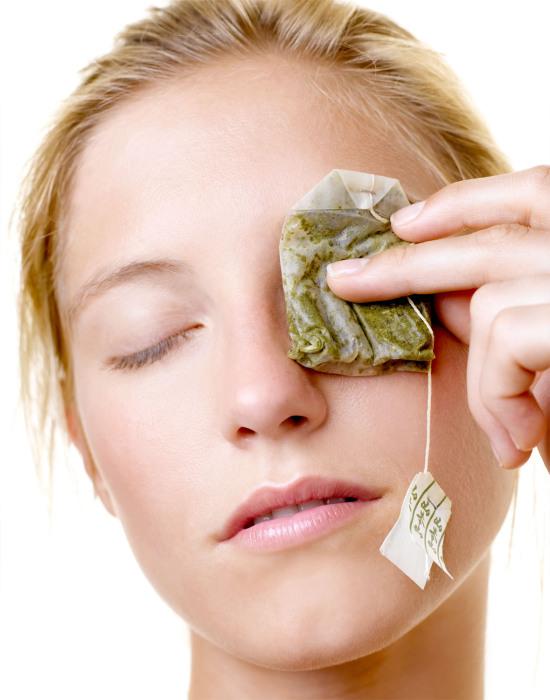 Чай спасет девушек от отеков и припухлостей на лице.