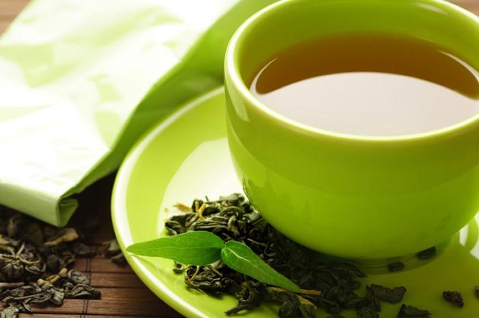 Заварка из крупнолистового зеленого чая - отличное средство защиты от ультрафиолетового излучения.