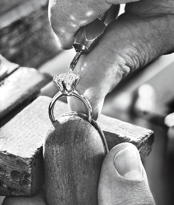 Новая рекламная кампания «Tiffany & Co» продемонстрировала процесс создания кольца с бриллиантом «Tiffany Setting».