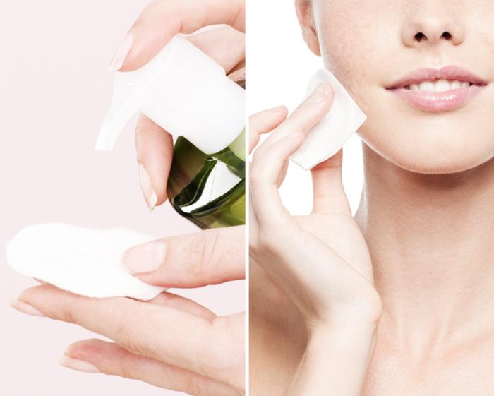 Очищающие салфетки отлично справятся с задачей снятия макияжа и займут меньше места в дорожной сумке.