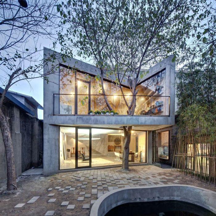 В Шанхае построили необычный двухэтажный дом с деревом, растущим сквозь пол открытой террасы.