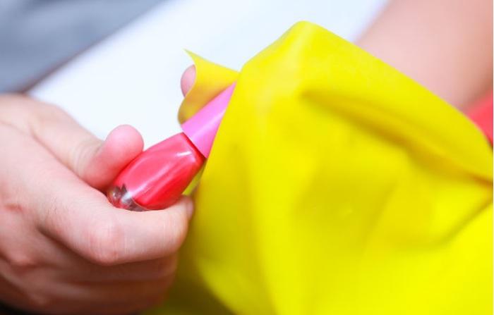 Вазелин поможет девушкам открыть старый лак для ногтей.
