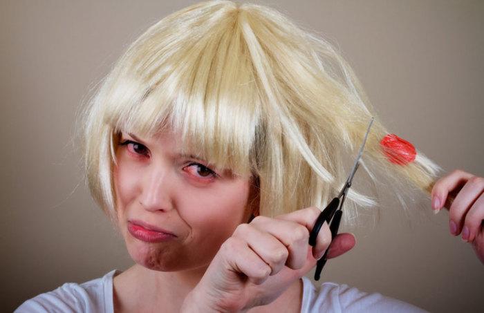 Вазелин поможет девушкам безболезненно избавиться от жвачки в волосах.