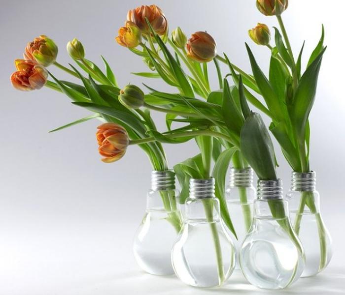 Замечательные вазы в форме электрических лампочек.