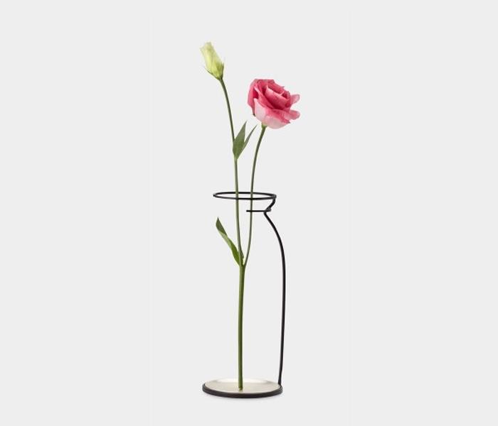 Стильная ваза-силуэт, сделанная из проволоки.