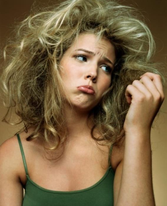 Ломкие и сухие волосы являются следствием нехватки определенных питательных веществ или дисфункции щитовидки.
