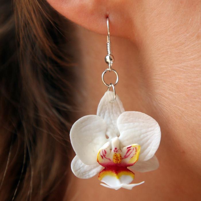 Серьги из свежих цветков белого фаленопсиса
