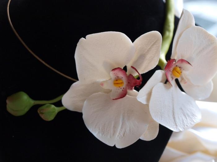 Цветочное колье из белых цветков свежей орхидеи