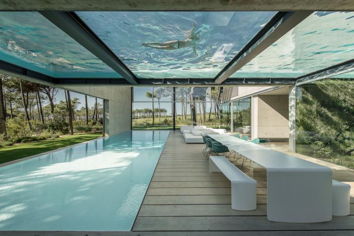 Дом площадью более тысячи квадратных метров, в котором есть 2 уровневых бассейна.