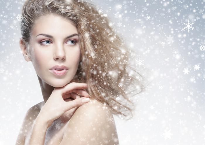 Зимой волосы страдают от холода, ветра и мороза, поэтому стоит перевести уход за локонами в щадящий режим.