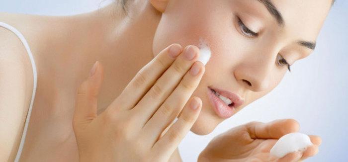В холодное время года стоит отказаться от очищающих средств на основе спирта - они сушат кожу. Альтернатива - легкие пенки и мягкое молочко.