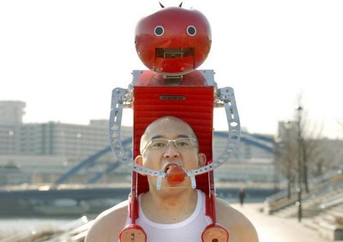 Робот Tomatan кормит бегуна помидорами