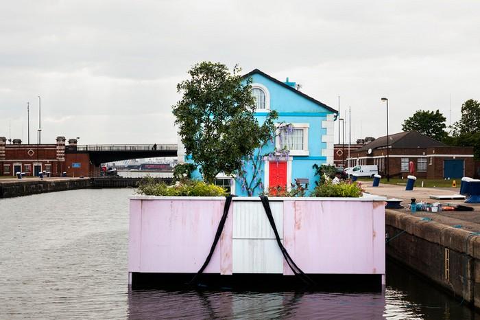 Сайт Airbnb заставил двухэтажный дом плавать по Темзе