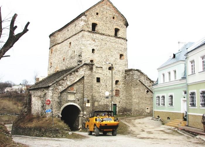 Экскурсионный автобус на основе БРДМ-2 в Каменце-Подольском