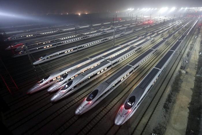 Высокоскоростные поезда на вокзале в Пекине