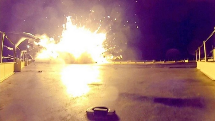 Падение ракеты Falcon 9 на плавающую платформу
