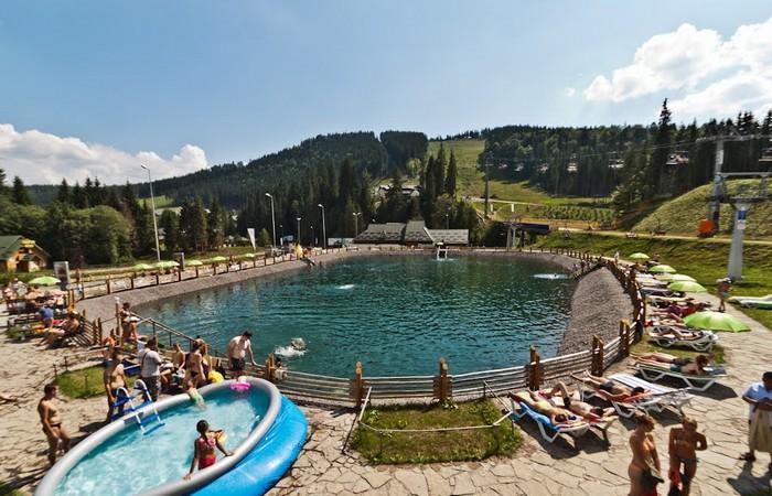 Искусственное озеро на курорте Буковель