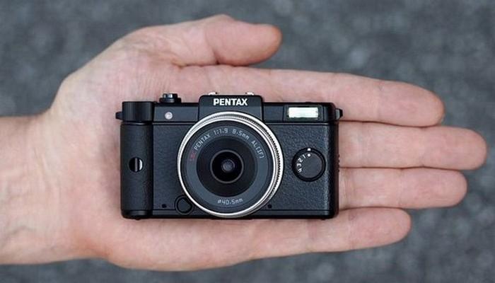 кто посоветуйте что лучше видеокамера или фотоаппарат в путешествие тоже вечером