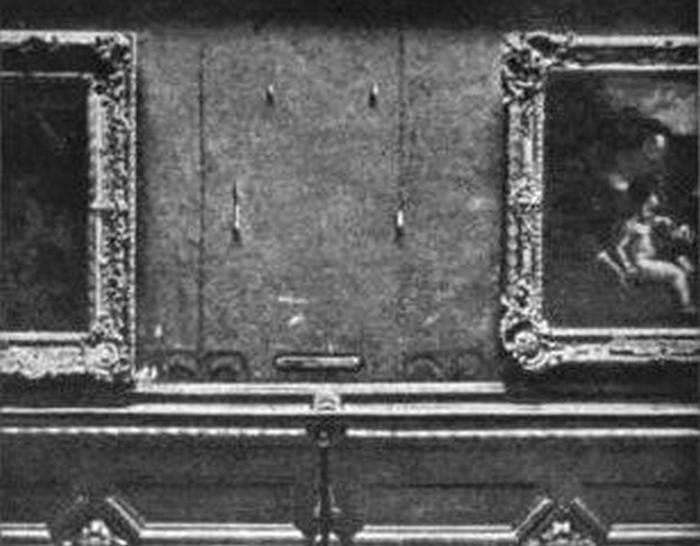 Стена в Лувре с пустым местом, где видела Мона Лиза