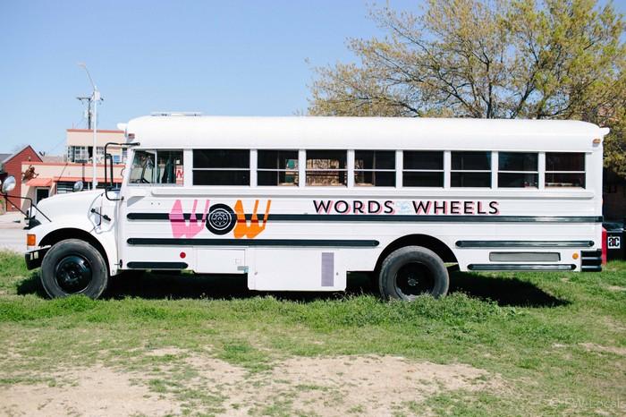 Words on Wheels – мобильная библиотека в старом школьном автобусе