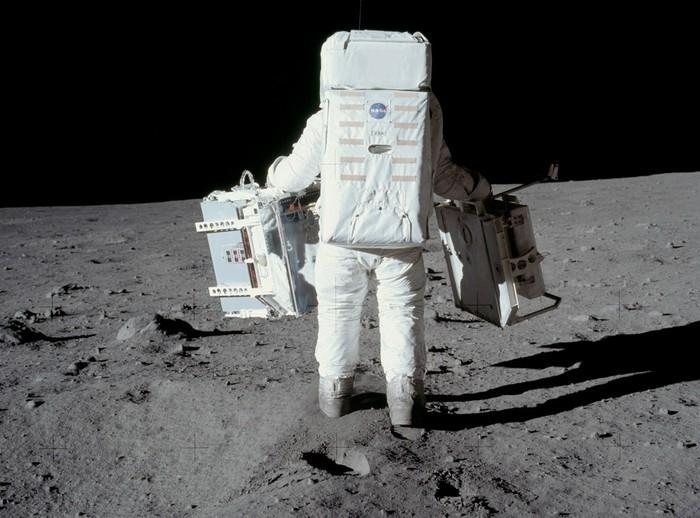Завод з переробки фекалій на Місяці