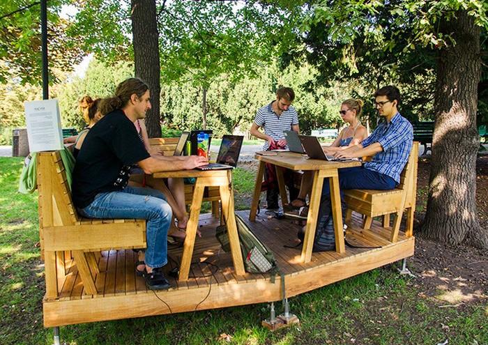 Место для работы на открытом воздухе в пражском парке