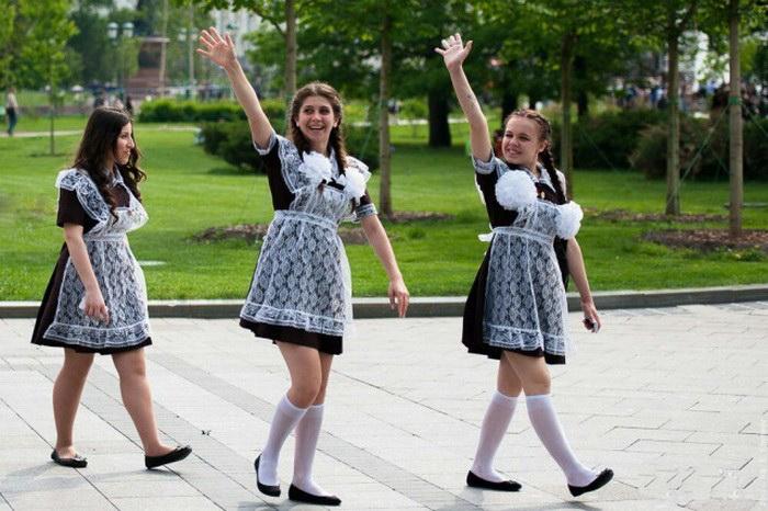 школьница снимает форму советских времён