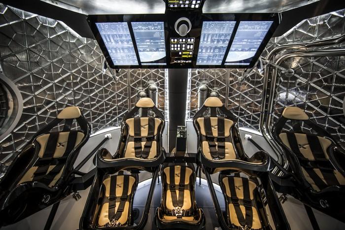 Космический челнок Dragon от компании SpaceX стыкуется с МКС