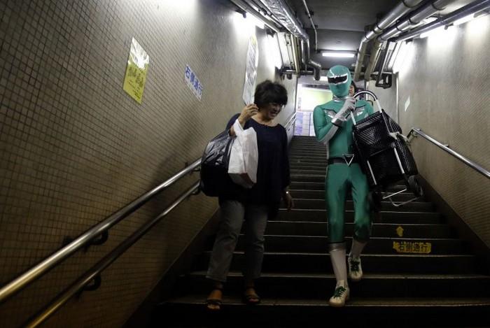 Carry-Your-Pram-Ranger - супергерой-носильщик из Токийского метро