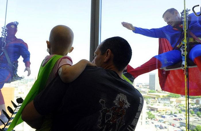 Супергерои моют окна в детской больнице