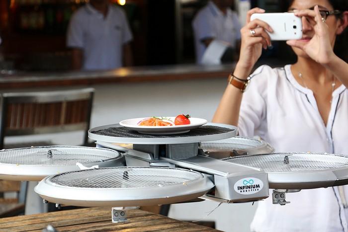Официант-квадрокоптер в ресторанах Timbre в Сингапуре