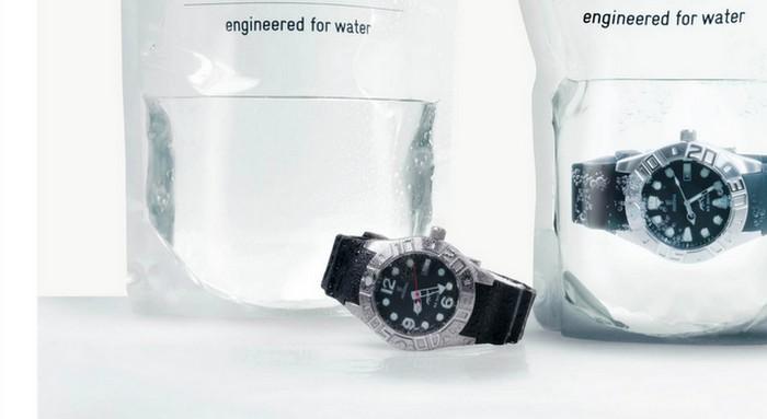 Заполненная водой упаковка водонепроницаемых часов Festina Profundo