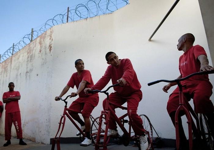 Заключенные в бразильской тюрьме вырабатывают электроэнергию на велотренажерах