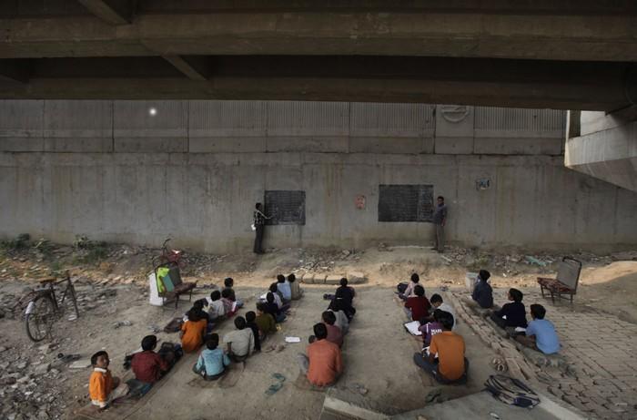 Школа под мостом в Нью-Дели
