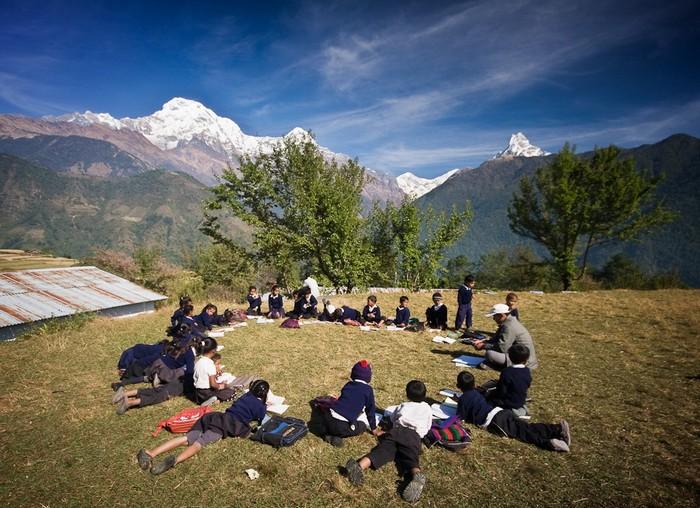 Непальские школьники учатся с видом на Гималаи
