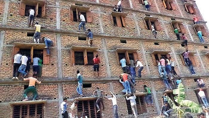 Родители штурмуют школу в Индии