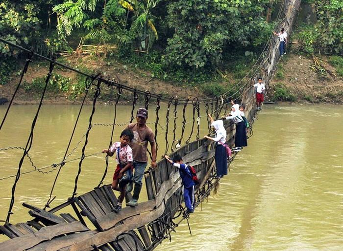 Дети идут в школу в Индонезии