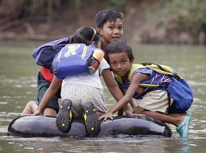 Дети плывут в школу на Филиппинах