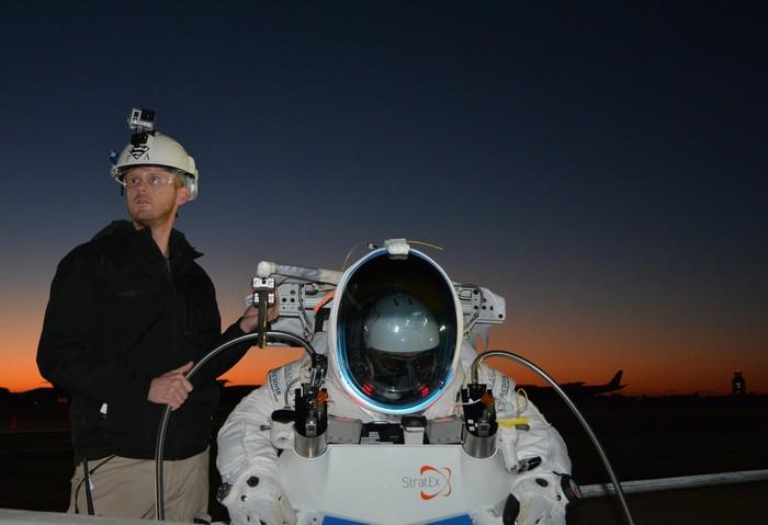 Алан Юстас готовится к полету и прыжку из стратосферы