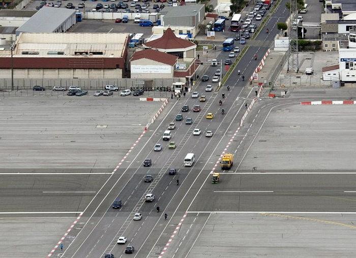 Аэропорт в Гибралтаре, который пересекает городская улица